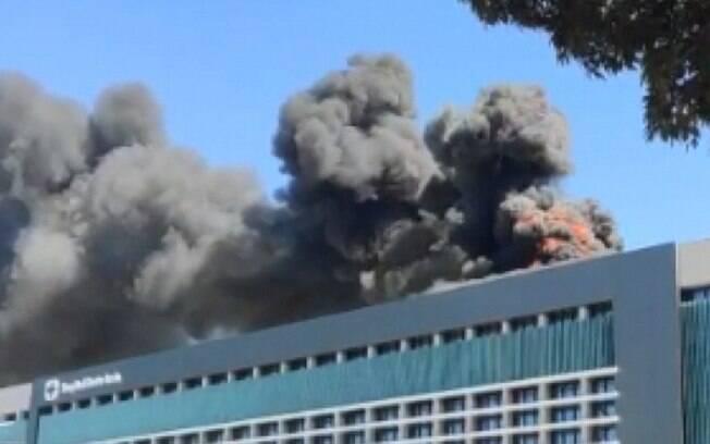 Nas imagens, é possível a grande quantidade de fumaça gerada pelo fogo