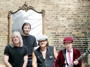 Doença. Irmão de Angus Young, guitarrista Malcom (agachado) estaria com uma doença grave