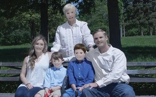 Família fica irreconhecível após fotógrafa exagerar no photoshop e fotos viralizam nas redes sociais
