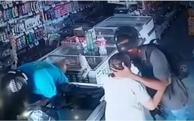 Suspeito de crime beija idosa durante assalto