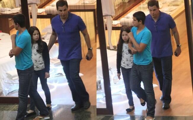 Edson Celulari levou os filhos Enzo e Sophia ao shopping nessa segunda-feira (19)