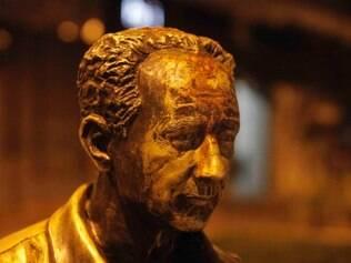 CIDADES - BELO HORIZONTE - MG - ROBERTO DRUMMOND Estatua de Roberto Drummond, localizada na praca da Savassi, e vandalizada FOTO: RICARDO MALLACO / O TEMPO - 20.01.2015