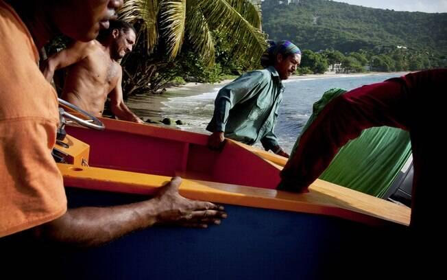 Pescadores preparam-se para entrar no mar na ilha de Bequia
