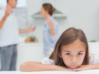 Dificuldades no trabalho ou no relacionamento do casal devem ser discutidas longe das crianças