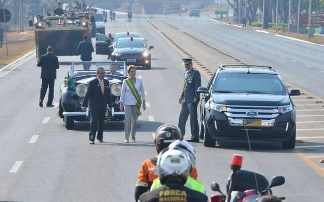 Dilma após deixar o Rolls Royce oficial no início das comemorações do Sete de Setembro. Foto: Valter Campanato/Agência Brasil - 7.9.15