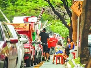 Ocupado. Além de ocupar ciclovia, ambulantes estacionam ainda com o dia claro