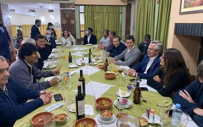 Na noite deste domingo, ex-presidente jantou em restaurante na fronteira com a Bolívia
