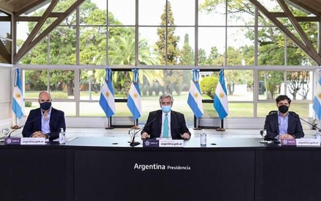O presidente Alberto Fernández e o governador da província de Buenos Aires, Axel Kicillof, fazem pronunciamento com prefeito da capital, o político de oposição Horacio La