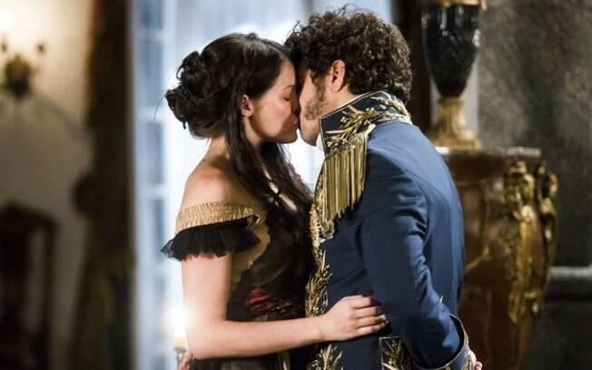 Domitila e Dom Pedro se beijam em