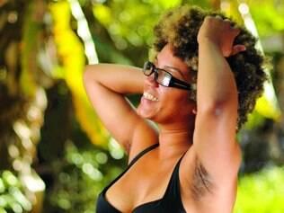 Natural. Brenda Santos, 19, que decidiu parar de se depilar conta que não está 100% satisfeita, mas se preocupa menos em ser julgada