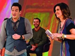 Alegria. No palco da atração, Veras diverte o público ao lado da apresentadora Fátima Bernardes