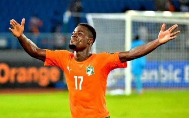 Serge Aurier, da Costa do Marfim, seria o lateral direito