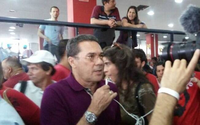 O técnico Vanderlei Luxemburgo foi até o Sindicato dos Metalúrgicos do ABC para apoiar o ex-presidente Lula