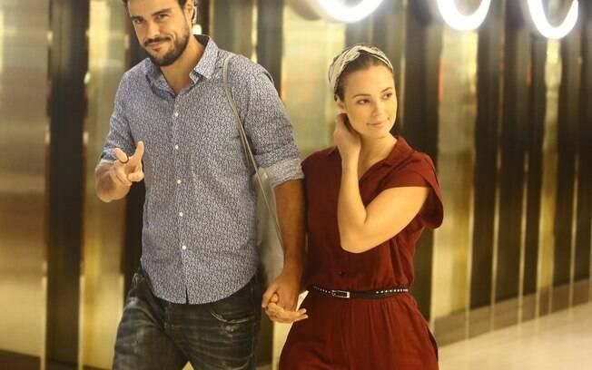 Paolla Oliveira e Joaquim Lopes passeiam em shopping center no Rio