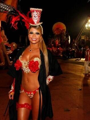 Ex-BBB Cacau no desfile da Dragões da Real na madrugada deste sábado (09)