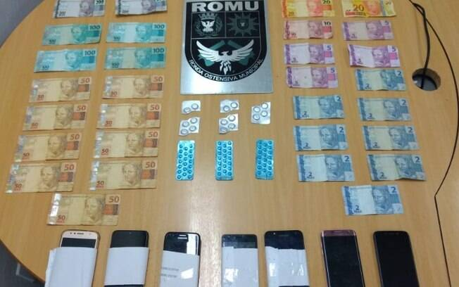 Remédios, dinheiros e celulares foram apreendidos pela Guarda Municipal.