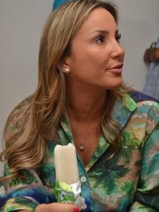 A cantora toma picolé de limão, a fruta é um dos desejos da cantora durante a gravidez