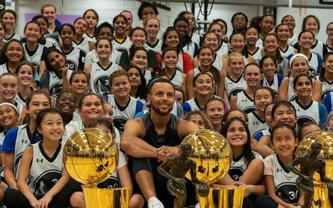 Stephen Curry no meio das 200 meninas que participaram de acampamento de basquete