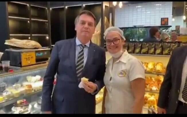Bolsonaro foi fotografado com apoiadores em padaria