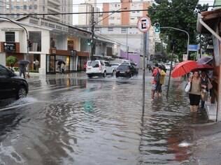 Esquina da Alameda dos Maracatins com Avenida Divino Salvador alagada por causa do temporal