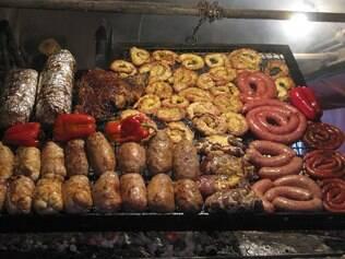 """No Mercado Del Puerto, o visitante encontra restaurantes de parrilha com seus autênticos """"assadores"""" à mostra"""