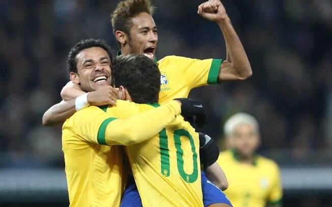 Neymar, Fred e Oscar comemoram gol do Brasil  diante da Itália