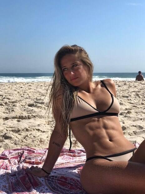 Bruna Griphao chama atenção com barriga sarada em foto de biquíni!