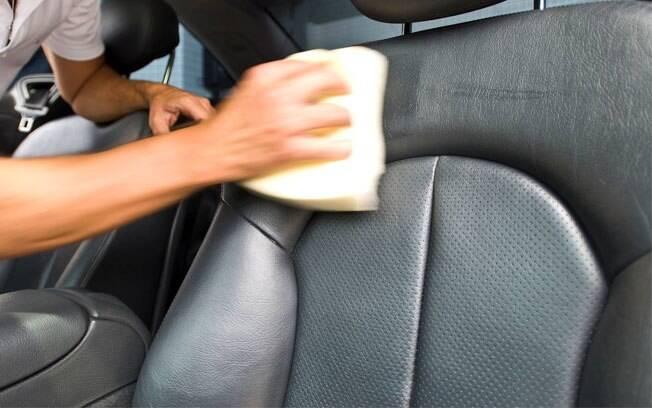 Há soluções profissionais e caseiras para você remover restos de comida e sujeiras do interior