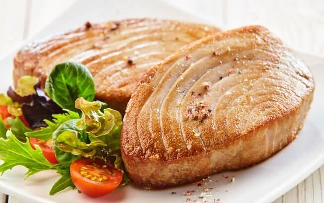 Filé de atum grelhado no prato com salada