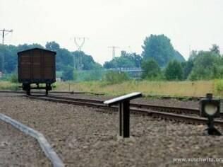 Vagão que transportou vítimas do nazismo exposto no campo de Birkenau, na Polônia
