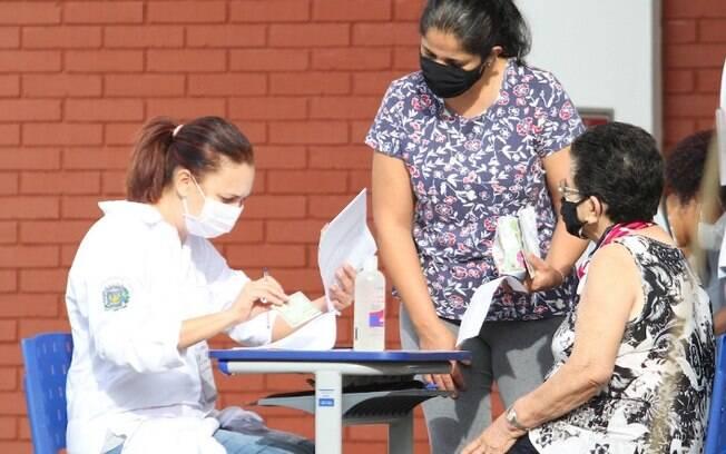 Quem está com covid-19 pode se vacinar contra a doença?