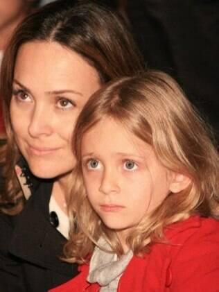 Gabriela Duarte, filha da atriz Regina Duarte, e sua filha Manuela