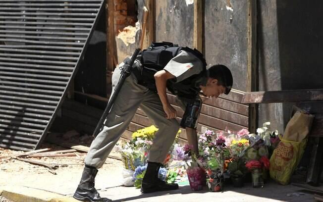 PM deposita flores em homenagem aos mais de 230 mortos na calçada da boate Kiss, no centro
