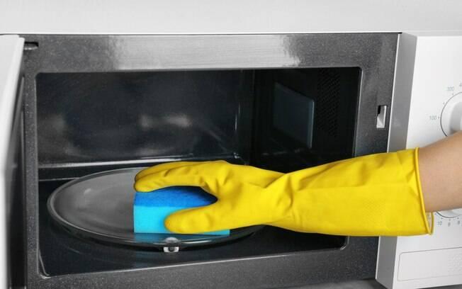 Higienizar a esponja no micro-ondas é a primeira sugestão; em poucos minutos, ela estará limpa e própria para uso