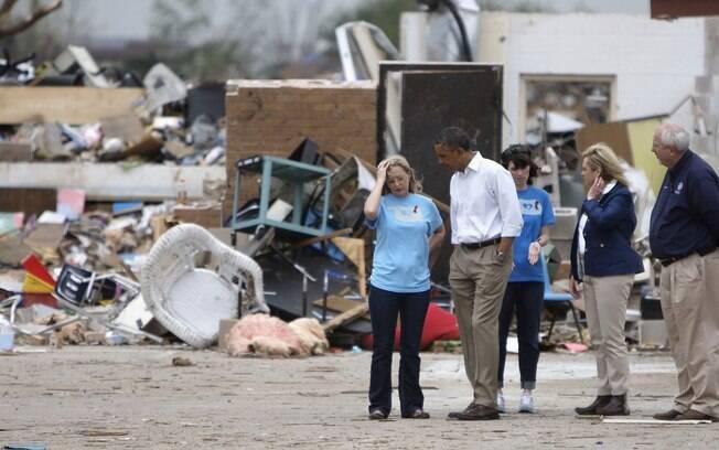 Obama conversa com sobreviventes de escola que foi destruída por tornado (26/5/2013)