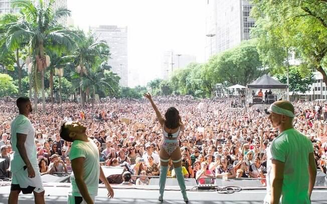 Anitta foi uma das atrações da Virada Cultural e lotou o Vale do Anhangabaú ao tocar seus hits na tarde de domingo (19)