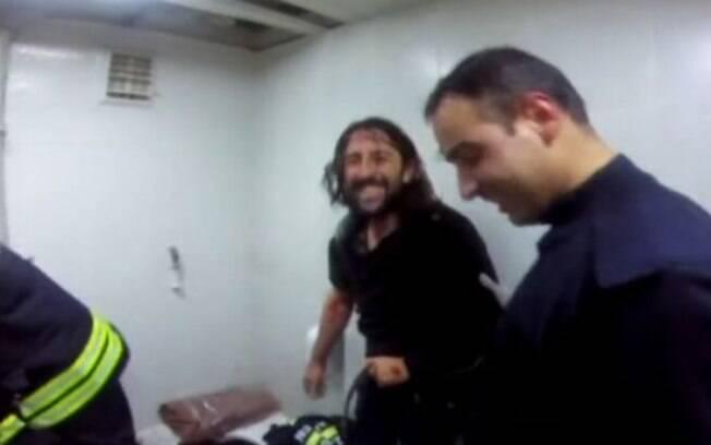 Mesmo sem o celular, o homem ficou feliz quando finalmente se viu livre do vaso sanitário