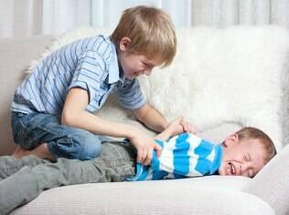 Efeitos da violência entre irmãos costumam continuar na vida adulta, afirma psicólogo