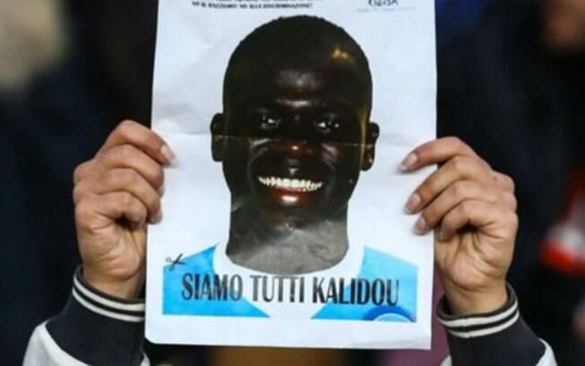 Cartazes foram distribuídos pela torcida do Napoli com o rosto do zagueiro Koulibaly que sofreu racismo em partida contra a Inter de Milão