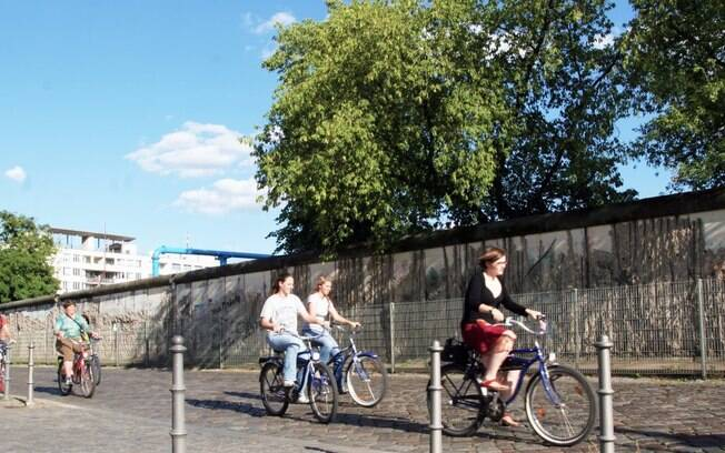 o Museu do Muro – Checkpoint Charlie -  inclui fotos e recortes de jornais