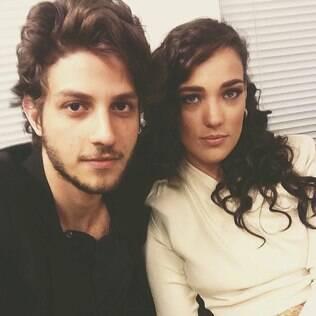 Chay Suede e Adriana Birolli nos bastidores