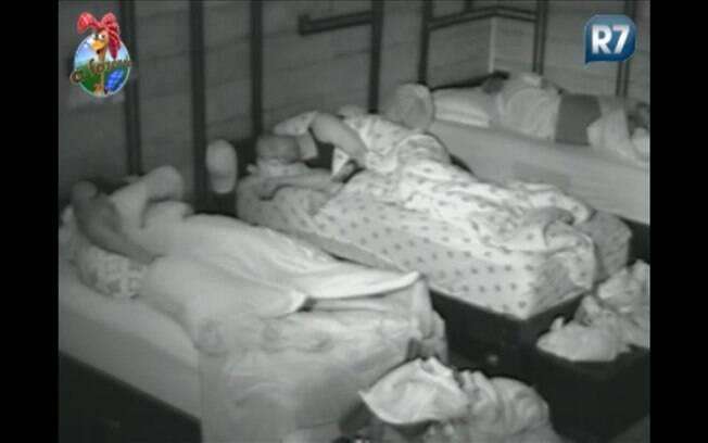 Com as luzes apagadas, confinados dormem