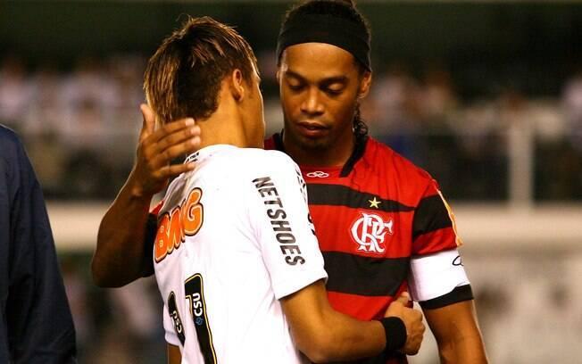 Ronaldinho cumprimenta Neymar em jogaço entre  Santos e Flamengo no ano passado