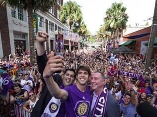 Grande estrela da equipe local, Kaká é recepcionado com festa em Orlando