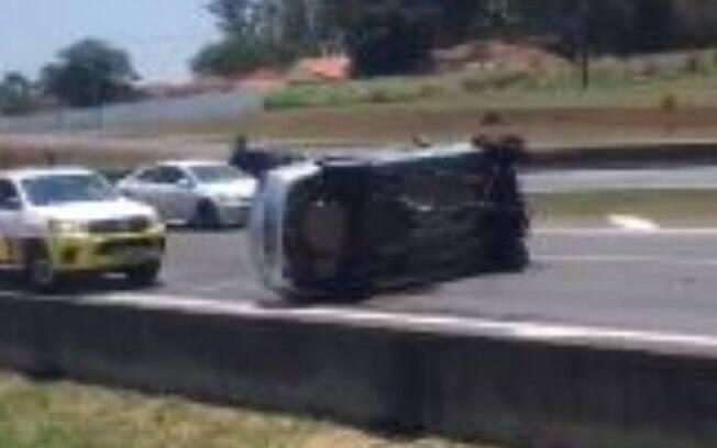 Carro capota na Anhanguera e duas pessoas ficam feridas