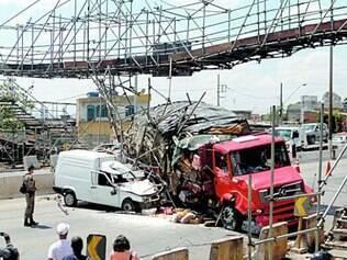 Estrutura foi derrubada por acidente na via, no último dia 8