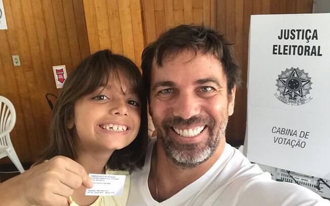 Marcelo Faria posa com filha depois de votar