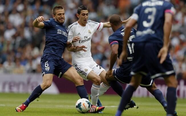 Di Maria é marcado por dois jogadores do Málaga ao levar o Real Madrid para o ataque