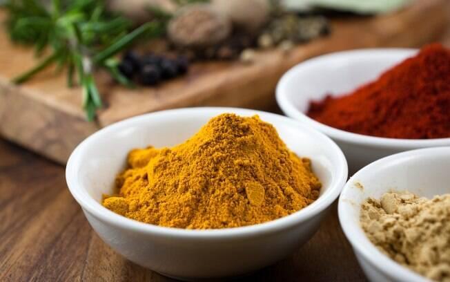 A cúrcuma contém curcumina, substância anti-inflamatória e antioxidante. Foto: Getty Images