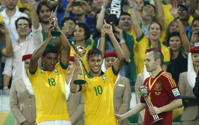 Paulinho, Neymar e Iniesta recebem troféus de  melhores do torneio